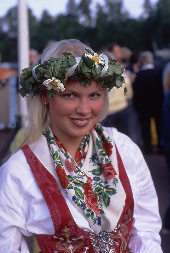 SWE, Schweden, Darlana, Leksand, Junge Schwedin beim Mittsommerfest, Dalarna und der Siljansee im Zentrum Mittelschwedens gehoeren zu den schoensten und traditionsreichsten Gegenden dieser Region. Dalarna zeichnet sich besonders durch seine Folklore, Musik, die Trachten und die Mittsommerfeiern aus. Die Aufnahme zeigt eine junge Schwedin des Ortes Leksand in typisch historischer Tracht dieser Region anlaesslich der zu jedem Jahr stattfindenen Mittsommerfeiern in dieser Region. Hier in Dalarna wird urschwedisches Brauchtum noch gepflegt - die Midsommar-Feiern sind hier Tradionsbewusster als anderswo.<br /> [Fuer die Nutzung gelten die jeweils gueltigen Allgemeinen Liefer-und Geschaeftsbedingungen. Nutzung nur gegen Verwendungsmeldung und Nachweis. Download der AGB unter http://www.image-box.com oder werden auf Anfrage zugesendet. Freigabe ist vorher erforderlich. Jede Nutzung des Fotos ist honorarpflichtig gemaess derzeit gueltiger MFM Liste - Kontakt, Uwe Schmid-Fotografie, Duisburg, Tel. (+49).2065.677997, fotofinder@image-box.com, www.image-box.com]