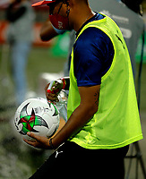 MEDELLIN- COLOMBIA, 27-09-2020: Protocolos de bioseguridad previo al partido entre Deportivo Independiente Medellin y Deportivo Pereira, de la fecha 10 de la Liga BetPLay DIMAYOR I 2020 jugado en el estadio Deportivo Cali (Palmaseca) de la ciudad de Palmira. / Biosafety protocols prior a match between Deportivo Independiente Medellin and Deportivo Pereira, of the 10th date for the BetPLay DIMAYOR Leaguaje I 2020 played at the Atanasio Girardot Stadium in Medellin city. / Photo: VizzorImage / Donaldo Zuluaga / Cont.