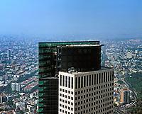 Aerial photograph of maintenance workers on the rooftop helipad of the Torre Mayor, Mexico City, Mexico | Fotografía aérea de los trabajadores de mantenimiento en la azotea del helipuerto de la Torre Mayor, Ciudad de México, México