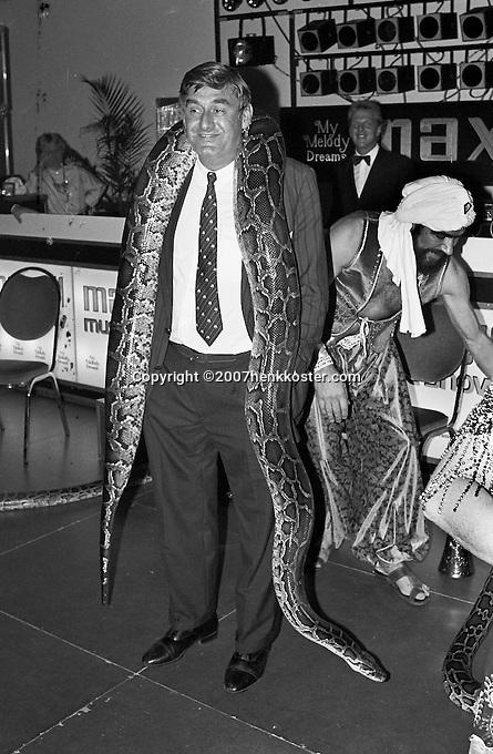 1987, Hilversum, Dutch Open, Melkhuisje, Piet van Eijsden met een boa constrictor om zijn nek tijdens de playersnight