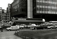Porte conteneur et Voitures quittant le stationnement devant la tour de la Bourse, Place Victoria, Octobre 1979<br /> <br /> PHOTO : JJ Raudsepp  - Agence Quebec presse