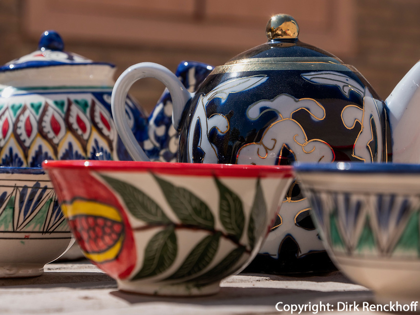 Verkauf von Tegeschirr, Xiva, Usbekistan, Asien<br /> Selling of tea set, historic city Ichan Qala, Chiwa, Uzbekistan, Asia
