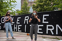 """Fridays for Future protestierte am Freitag den 26. Juni 2020 in Berlin vor dem Bundeswirtschaftsministerium gegen das Kohleausstiegsgesetz der Bundesregierung und eroeffnete eine """"Galerie des Scheiterns"""".<br /> Im Bild: Die Klimaaktivistin Luisa Neubauer (rechts) bei der Fuehrung durch die Galerie.<br /> 26.6.2020, Berlin<br /> Copyright: Christian-Ditsch.de<br /> NUR FUER REDAKTIONELLE ZWECKE! Werbung nur auf Anfrage beim Fotografen. [Inhaltsveraendernde Manipulation des Fotos nur nach ausdruecklicher Genehmigung des Fotografen. Vereinbarungen ueber Abtretung von Persoenlichkeitsrechten/Model Release der abgebildeten Person/Personen liegen nicht vor. NO MODEL RELEASE! Don't publish without copyright Christian-Ditsch.de, Veroeffentlichung nur mit Fotografennennung, sowie gegen Honorar, MwSt. und Beleg. Konto: I N G - D i B a, IBAN DE58500105175400192269, BIC INGDDEFFXXX, Kontakt: post@christian-ditsch.de<br /> Bei der Bearbeitung der Dateiinformationen darf die Urheberkennzeichnung in den EXIF- und  IPTC-Daten nicht entfernt werden, diese sind in digitalen Medien nach §95c UrhG rechtlich geschuetzt. Der Urhebervermerk wird gemaess §13 UrhG verlangt.]"""