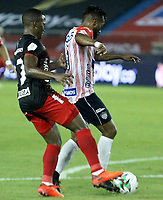 BARRANQUILLA-COLOMBIA, 14-10-2020: Luis Gonzalez de Atletico Junior y Edwin Velasco de America de Cali disputan el balon, durante partido entre Atletico Junior y America de Cali, de la fecha 14 por la Liga BetPlay DIMAYOR 2020 jugado en el estadio Metroplitano Roberto Melendez de la ciudad de Barranquilla. / Luis Gonzalez of Atletico Junior and Edwin Velasco of America de Cali battle for the ball, during a match between Atletico Junior and America de Cali of the 14th date for the BetPlay DIMAYOR Leguaje 2020 played at the Metroplitano Roberto Melendez Stadium in Barranquilla city. / Photo: VizzorImage / Jesus Rico / Cont.