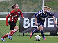 RSC Anderlecht Dames - PSV / FC Eindhoven : Melissa Evers aan de bal voor Jana Coryn.foto David Catry / Vrouwenteam.be