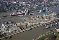 Nord Ostseekanal Schleuse Brunsbuettell: EUROPA, DEUTSCHLAND, SCHLESWIG-HOLSTEIN, BRUNSBUETTEL , (EUROPE, GERMANY), 28.03.2017: Schleuse Nord-Ostseekanal von Brunsbuettel. Der Nord-Ostsee-Kanal (NOK; internationale Bezeichnung: Kiel Canal) verbindet die Nordsee (Elbmuendung) mit der Ostsee (Kieler Foerde). Diese Bundeswasserstraße ist nach Anzahl der Schiffe die meistbefahrene kuenstliche Wasserstraße der Welt.<br /> Der Kanal durchquert auf knapp 100 km das deutsche Bundesland Schleswig-Holstein von Brunsbuettel bis Kiel-Holtenau und erspart den etwa 900 km laengeren Weg um die Nordspitze Daenemarks durch Skagerrak und Kattegat.<br /> Die erste kuenstliche Wasserstraße zwischen Nord- und Ostsee war der 1784 in Betrieb genommene und 1853 in Eiderkanal umbenannte Schleswig-Holsteinische Canal. Der heutige Nord-Ostsee-Kanal wurde 1895 als Kaiser-Wilhelm-Kanal eroeffnet und trug diesen Namen bis 1948. Baustelle auf der Mittelinsel. Neubau einer neuen Schleusenkammer