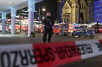 LKW rast in Berliner Weihnachtsmarkt.<br /> Am Abend des 19. Dezember 2016 fuhren Unbekannte mit einem LKW mit polnischen Kennzeichen in den Berliner Weihnachtsmarkt am Kurfuerstendamm und toeteten 12 Menschen, 48 wurden zum Teil schwer verletzt. Der Beifahrer wurde tot im Fuehrerhaus gefunden, der Fahrer fluechtete, wurde angeblich aber festgenommen. Ein Anschlag wird nicht ausgeschlossen, ermittelt wird jedoch in alle Richtungen.<br /> Im Bild: Polizeibeamter vor dem abgesperrten Tatort.<br /> 19.12.2016, Berlin<br /> Copyright: Christian-Ditsch.de<br /> [Inhaltsveraendernde Manipulation des Fotos nur nach ausdruecklicher Genehmigung des Fotografen. Vereinbarungen ueber Abtretung von Persoenlichkeitsrechten/Model Release der abgebildeten Person/Personen liegen nicht vor. NO MODEL RELEASE! Nur fuer Redaktionelle Zwecke. Don't publish without copyright Christian-Ditsch.de, Veroeffentlichung nur mit Fotografennennung, sowie gegen Honorar, MwSt. und Beleg. Konto: I N G - D i B a, IBAN DE58500105175400192269, BIC INGDDEFFXXX, Kontakt: post@christian-ditsch.de<br /> Bei der Bearbeitung der Dateiinformationen darf die Urheberkennzeichnung in den EXIF- und  IPTC-Daten nicht entfernt werden, diese sind in digitalen Medien nach §95c UrhG rechtlich geschuetzt. Der Urhebervermerk wird gemaess §13 UrhG verlangt.]