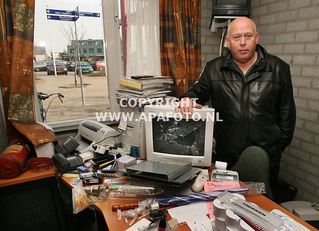 arnhem 190206 Beheerder Rinus Klaassen in zijn kantoor waar de overvallers hebben huisgehouden Op het bureau een van de vijf beeldbuizen die vernield werden. Door het raam is de paal zichtbaar waar de beide medewerkers aanvast gebonden waren.<br />foto frans ypma APA-foto