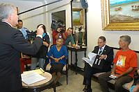 O norte americano David Stang (camiseta vermelha) irmão da freira  Dorothy Stang  assassinada em fevereiro de 2012 em  Anapú no Pará, visita  do tribunal de justiça do estado  com seu advogado Brent Rushford  para obter informações sobre  o processo judicial onde foi recebido pelo presidente do TJE Milton Nobre com a presença da senadora Ana Júlia Carepa. <br /> Belém, Pará, Brasil.<br /> Foto Lucivaldo Sena/Interfoto<br /> 23/09/2005.