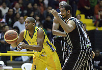 BOGOTÁ -COLOMBIA. 11-05-2013. Edgar Arteaga (D) de Piratas disputa el balón con Stalin Ortiz (D) de Bambuqueros durante partido de la fecha 14 fase II de la  Liga DirecTV de baloncesto Profesional de Colombia realizado coliseo El Salitre de Bogotá./  Edgar Arteaga (R) of Piratas fights for the ball Stalin Ortiz (R) of Bambuqueros during match of the 14th date phase II of  DirecTV professional basketball League in Colombia at El Salitre coliseum in Bogota. Photo: VizzorImage / Str