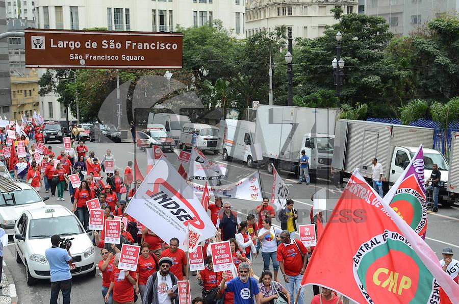 SAO PAULO, 10 DE ABRIL DE 2013 - PROTESTO SAUDE - Representantes de sindicatos e funcionarios da saúde durante passeata, que se concentrou na Praça do Patriarca e seguiu pelas ruas do centro até a Camara Municipal, na manhã desta quarta feira, 10. Os manifestantes protestam por melhores salários e melhorias nas condições de trabalho.(FOTO: ALEXANDRE MOREIRA / BRAZIL PHOTO PRESS)
