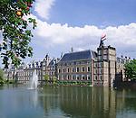 Netherlands, South Holland, The Hague: The Binnenhof, location of meetings of the Dutch parliament since 1446 at Hofvijver, a small pond in the centre | Niederlande, Suedholland, Den Haag: Der Binnenhof (Innerer Hof) am Hofvijver, seit 1446 tagt hier das niederlaendische Parlament