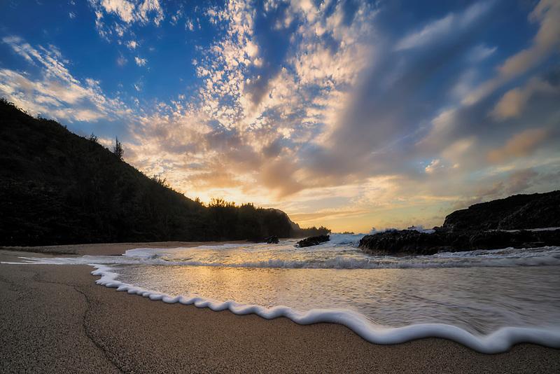 Sunset and wave at Lumahai Beach. Maui, Hawaii