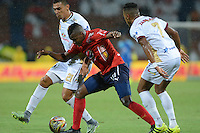 MEDELLIN - COLOMBIA -09-10-2016: Carlos Ibargüen (Cent.) jugador de Deportivo Independiente Medellin disputa el balon con Victor Aquino (Izq.) y Victor Giraldo (Der.) jugadores de Deportes Tolima, durante partido aplazado por la fecha 15 entre Deportivo Independiente Medellin y Deportes Tolima, de la Liga Aguila II 2016, en el estadio Atanasio Girardot de la ciudad de Medellin. / Carlos Ibargüen (C) player of Deportivo Independiente Medellin fights for the ball with Victor Aquino (L) and Victor Giraldo (R) players of Deportes Tolima, during a posponed match for the date 15 between Deportivo Independiente Medellin and Deportes Tolima, of the Liga Aguila II 2016 at the Atanasio Girardot stadium in Medellin city. Photos: VizzorImage  / Leon Monsalve / Cont.