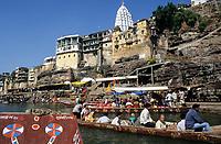 INDIA, Madhya Pradesh, Omkareshwar, Narmada river, shiva temple with a jyothi lingam is an important place for the Narmada Parikrama, a holy pilgrimage along the river / INDIEN, Narmada Fluss, Hindu Tempel in Omkareshwar