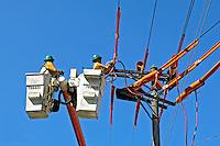 Trabalho de manutenção de rede elétrica São Paulo. 2007. Foto de Juca Martins.