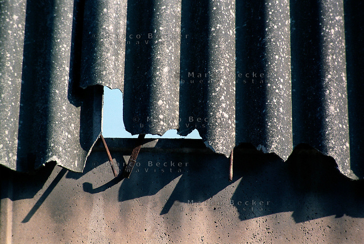 Milano, quartiere Bovisa, copertura in amianto danneggiato di un vecchio capannone industriale --- Milan, Bovisa district, damaged asbestos cover of an old industrial shed