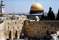Gerusalemme / Israele.Veduta del Muro del pianto e della Moschea del Duomo nella Roccia..Foto Livio Senigalliesi..Jerusalem / Israel.View of the Wailing wall and the Dome of Rock..Photo Livio Senigalliesi