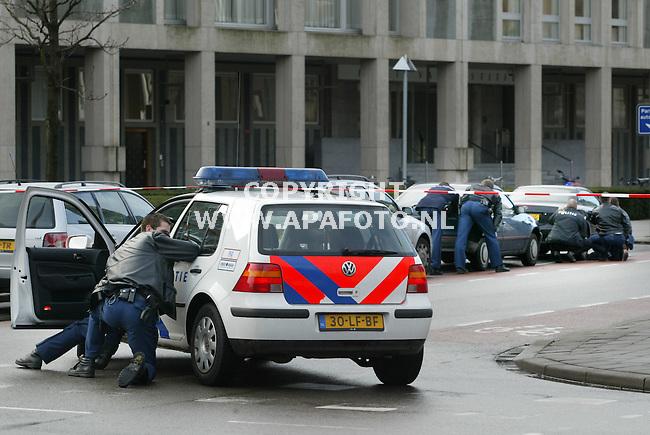 arnhem 290103 politie zoekt dekking achter auto's bij het [paleis van justitie <br />foto frans ypma APA-foto
