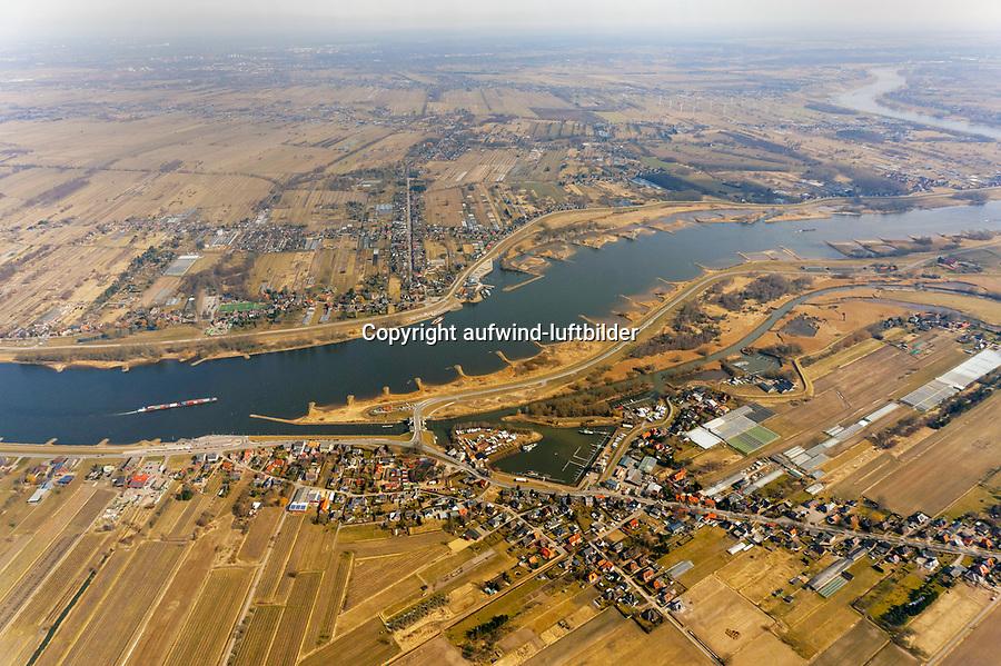 Zollenspieker an der Elbe: EUROPA, DEUTSCHLAND, HAMBURG, (EUROPE, GERMANY), 06.04.2013:  Bereits seit 1252 besteht die heutige Zollenspieker Faehrverbindung – früher Eyslinger Faehre genannt. Der Name Zollenspieker, damals noch als Yslinge bezeichnet, leitet sich von Zollspeicher ab, dieser wurde auf kirchwerderaner Seite an einer Stelle errichtet, wo die Elbe eine Biegung macht, da so von hier aus die Elbe und das eigene Ufer in alle Richtungen sehr gut einsehbar ist. Zoll wurde an dieser Stelle bis 1806, also bis zur Eroberung der Umgebung durch Napoleon I., erhoben. Der Zollenspieker liegt am Flusskilometer 598 und kennzeichnet zugleich den suedlichsten Punkt der Hansestadt Hamburg. Die Faehrverbindung Zollenspieker-Hoopte ist die letzte existierende Autoaehre Hamburgs.