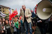 Mehrere tausend Menschen solidarisierten sich am Samstag den 1. Juni 2013 in Berlin mit den Opfern der Polizeiuebergriffe in Istanbul. Sie forderten, unabhaengig von Parteizugehoerigkeit, den Ruecktritt des Ministerpraesidenten und ein Ende der Polizeigewalt in der Tuerkei. In Istanbul versucht die Polizei seit Mittwoch mit Traenengas, Pfefferspray, Wasserwerfern und Gummigeschossen, u.a. aus Hubschraubern einen der letzten Parks in der Innenstadt zu raeumen, damit dort ein Einkaufszentrum gebaut werden kann. Im laufe der Polizeiuebergriffe wurden mehrere hundert Menschen zum Teil schwerst verletzt, aus Tote werden aus der Tuerkei gemeldet. Militaerangehoerige und einige Polizisten haben sich mit den Menschen solidarisiert und ihnen Gasmasken zum Schutz gegeben.<br />Im Bild: Demonstration in Berlin-Wedding.<br />1.6.2013, Berlin<br />Copyright: Christian-Ditsch.de<br />[Inhaltsveraendernde Manipulation des Fotos nur nach ausdruecklicher Genehmigung des Fotografen. Vereinbarungen ueber Abtretung von Persoenlichkeitsrechten/Model Release der abgebildeten Person/Personen liegen nicht vor. NO MODEL RELEASE! Don't publish without copyright Christian-Ditsch.de, Veroeffentlichung nur mit Fotografennennung, sowie gegen Honorar, MwSt. und Beleg. Konto:, I N G - D i B a, IBAN DE58500105175400192269, BIC INGDDEFFXXX, Kontakt: post@christian-ditsch.de<br />Urhebervermerk wird gemaess Paragraph 13 UHG verlangt.]