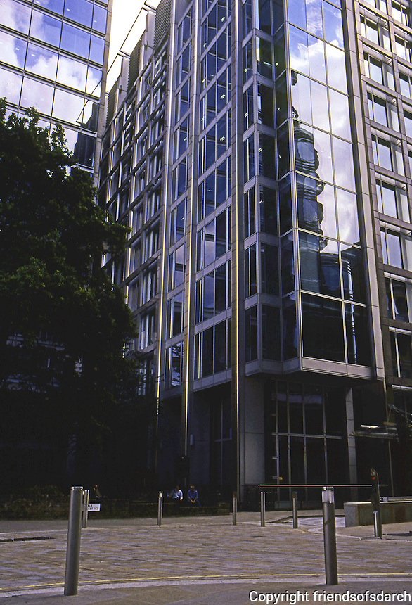 """Richard Rogers: 88 Wood St., London 1999. 10, 14, and 18 stories from west to east on small """"footprint"""". Photo '05."""