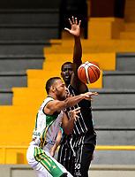 BOGOTA – COLOMBIA - 21 – 05 - 2017: Jairo Mendoza (Der.) jugador de Piratas de Bogota, disputa el balón con Jhon Hernandez (Izq.) jugador de Cimarrones de Choco, durante partido entre Piratas de Bogota y Cimarrones de Choco por la fecha 2 de Liga  Profesional de Baloncesto Colombiano 2017 en partido jugado en el Coliseo El Salitre de la ciudad de Bogota. / Jairo Mendoza (R) player of Piratas of Bogota, fights for the ball with Jhon Hernandez (L) player of Cimarrones of Choco, during a match between Piratas of Bogota and Cimarrones of Choco, of the  date 2 for La Liga  Profesional de Baloncesto Colombiano 2017, game at the El Salitre Coliseum in Bogota City. Photo: VizzorImage / Luis Ramirez / Staff.