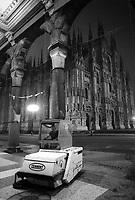 - Milano 1984, AMNU (Azienda Municipale Nettezza Urbana), pulizia notturna di galleria Vittorio Emanuele<br />