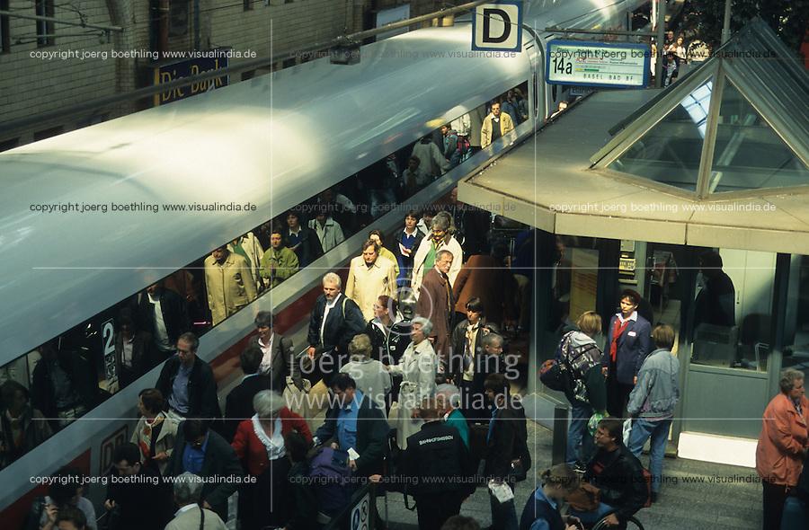 Germany, Hamburg, ICE fast train of german railway BAHN AG at Hamburg Central station / DEUTSCHLAND, ICE Personenzug der Deutschen Bahn AG am Hamburger Hauptbahnhof