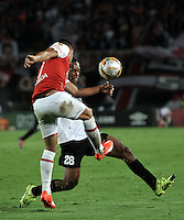 BOGOTA - COLOMBIA - 24-04-2016: Juan D Roa (Izq.) jugador de Independiente Santa Fe disputa el balón con Edwin Velasco (Der.) jugador de Cortulua, durante partido por la fecha 6 entre Independiente Santa Fe y Cortulua, de la Liga Aguila I-2016, en el estadio Nemesio Camacho El Campin de la ciudad de Bogota.  / Juan D Roa (L) player of Independiente Santa Fe struggles for the ball with Oscar Edwin Velasco (R) player of Cortulua, during a match of the 6 date between Independiente Santa Fe and Cortulua, for the Liga Aguila I -2016 at the Nemesio Camacho El Campin Stadium in Bogota city, Photo: VizzorImage / Luis Ramirez / Staff.