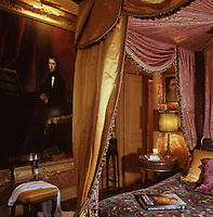 A painting of the composer D Vincenzo Spada provided the inspiration for the red and gold damask of the guest bedroom