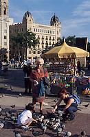 Spanien, Katalonien, Barcelona Taubenfuettern auf der Placa de Catalunya