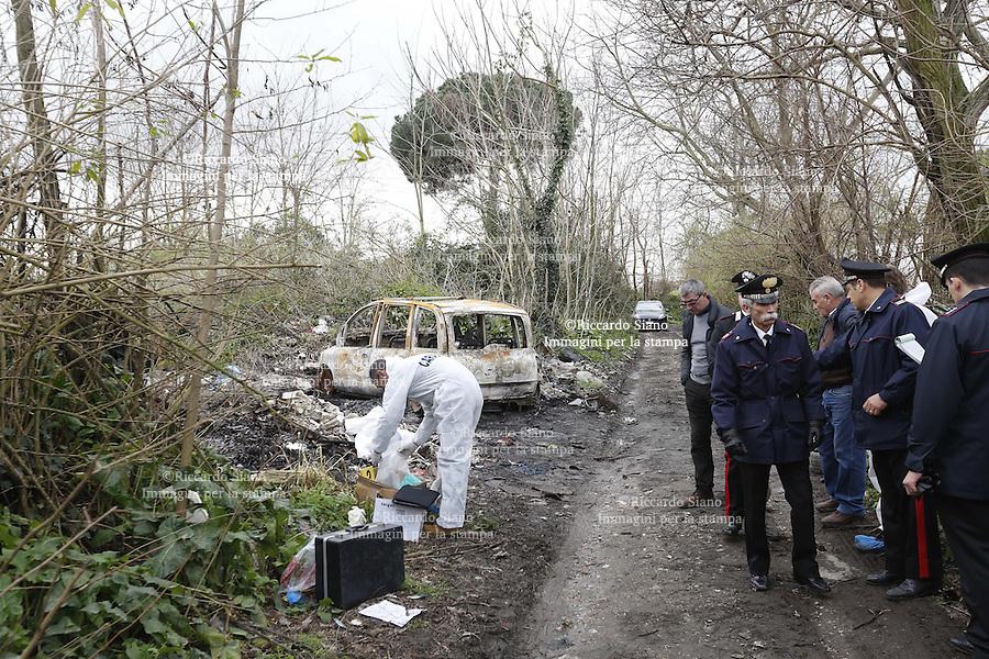 - NAPOLI  21 FEB    2014 -  Il cadavere dell'uomo scoperto stamattina dai carabinieri in una campagna nel territorio di Grumo Nevano.