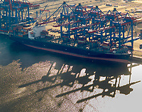 Containerterninal Altenwerder:DEUTSCHLAND, HAMBURG, 19.02.2004: Containerterninal Altenwerder mit Containerschiff