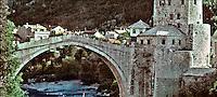 Mostar / Bosnia Erzegovina 1991.<br /> Lo 'Stari most', l'antico ponte costruito nel 1557 dall'architetto Hajrudin durante la dominazione turca e distrutto dall'artiglieria croata il 9 novembre 1993. Era il simbolo della Bosnia Eerzegovina. Nel 2004 è stato ricostruito e Mostar è tornata una meta turistica.<br /> The 'Stari Most', the ancient bridge built in 1557 by turkish architect Hajrudin and destroyed by Croatian artillery November 9, 1993. It was the symbol of Bosnia Herzegovina. In 2004 it was rebuilt and Mostar has returned a tourist destination. <br /> Photo Livio Senigalliesi