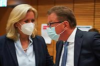 Stefan Sauer (CDU) diskutiert die Stimmauszählung im Georg-Büchner-Saal mit der hessischen Fraktionsvorsitzenden Ines Claus - Gross-Gerau 26.09.2021: Ergebnisse Bundestagswahl im Kreistag