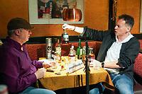 Paddy Schmidt (Frontmann Paddy goes to Holyhead) und Ralf Baitinger (Frontmann Orange Box) machen gemeinsam Musik und testen Whisky - Moerfelden-Walldorf 19.12.2020: Favorite Songs & Whisky mit Paddy Schmidt und Ralf Baitinger