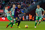 Arturo Vidal of FC Barcelona (C) is followed by Giovani Lo Celso of Real Betis (L) during the La Liga 2018-19 match between FC Barcelona and Real Betis at Camp Nou, on November 11 2018 in Barcelona, Spain. Photo by Vicens Gimenez / Power Sport Images