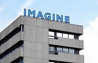 Nederland Utrecht 2018.  In 2005 is de tekst Imagine Being There ontworpen door Matin en Inge Riebeek. Deze neon knippert sinds die tijd op het dak van het Zilvergebouw van de Rabobank in Utrecht. Foto Berlinda van Dam / Hollandse Hoogte