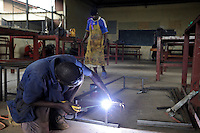 KENIA Turkana Region, refugee camp Kakuma, vocational training, metal workshop, Hassan Mohamed, 35 years, from Somalia / Fluechtlingslager Kakuma, Berufsausbildung fuer Fluechtlinge, Metallwerkstatt und Schlosserei