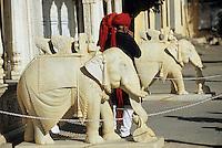 "Asie/Inde/Rajasthan/Jaipur: ""Rajendra Pol"" éléphants en marbre et hommes en turban"