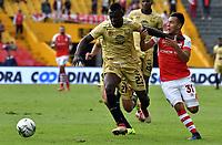 BOGOTÁ-COLOMBIA, 03-03-2019: Jhon Velásquez de Independiente Santa Fe, disputa el balón con Hanyer Mosquera de Rionegro Águilas Doradas, durante partido de la fecha 8 entre Independiente Santa Fe y Rionegro Águilas Doradas, por la Liga Aguila I 2019, en el estadio Nemesio Camacho El Campin de la ciudad de Bogotá. / Jhon Velasquez of Independiente Santa Fe struggles for the ball with Hanyer Mosquera of Rionegro Aguilas Doradas, during a match of the 8th date between Independiente Santa Fe and Rionegro Aguilas Doradas, for the Liga Aguila I 2019 at the Nemesio Camacho El Campin Stadium in Bogota city, Photo: VizzorImage / Luis Ramírez / Staff.