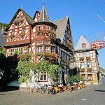 Germany, Rhineland-Palatinate, Bacharach: Wine village with timber-framed buildings, situated at The Rhine Gorge, a popular name for the Upper Middle Rhine Valley, a 65 km section of the River Rhine between Koblenz and Bingen in Germany. It was added to the UNESCO list of World Heritage Sites in 2002 | Deutschland, Rheinland-Pfalz, Bacharach am Rhein: Weinort im Oberen Mittelrheintal, das seit 2002 UNESCO-Welterbe ist, Fachwerkhaeuser am Marktplatz