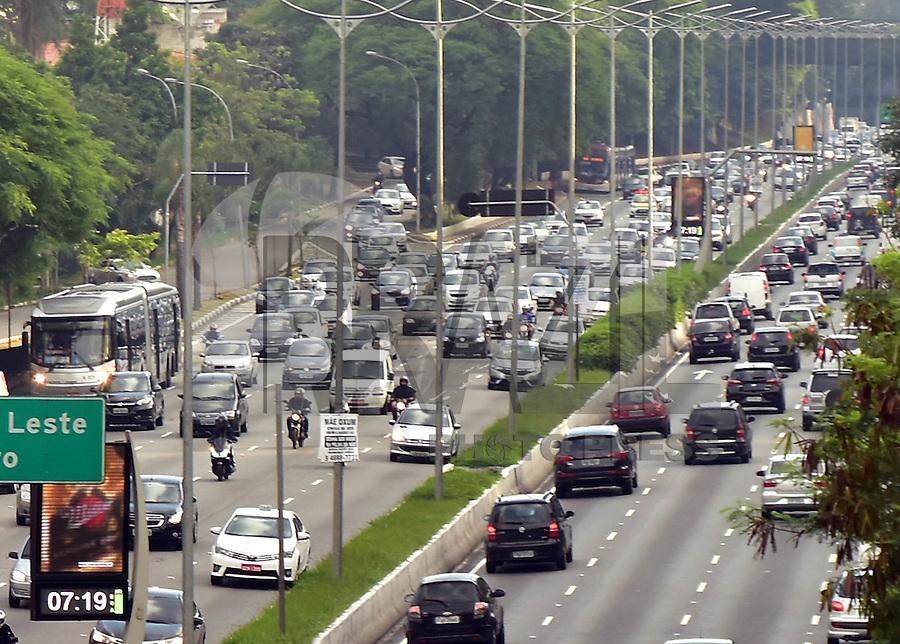 SÃO PAULO,SP - 08.12.2016 - TRANSITO-SP - Vista do trânsito da avenida 23 de maio, na altura do Viaduto Tutóia, região Sul de São Paulo, na manhã desta quinta-feira, 08. (Foto: Eduardo Carmim/Brazil Photo Press)