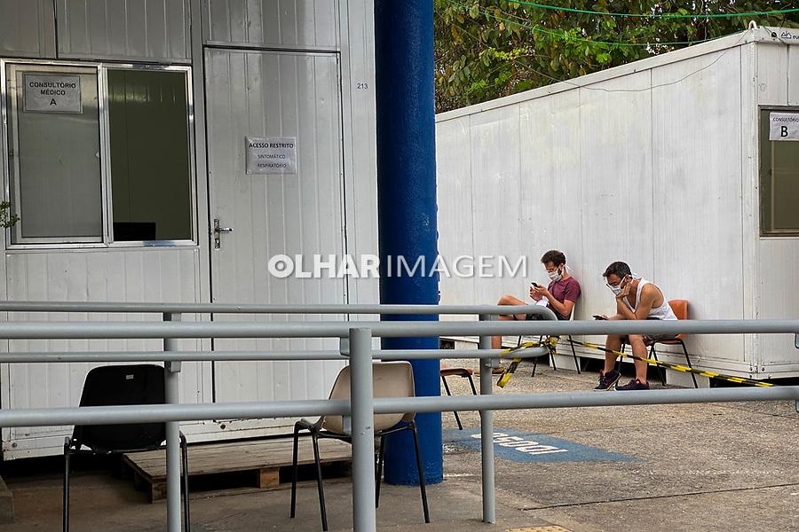 Suspeitos de covid-19 atendidos em consultórios montados fora do prédio do posto de saúde, bairro Perdizes, Sao Paulo. 2020. Foto Juca Martins.