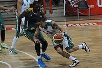 MEDELLÍN -COLOMBIA-11-11-2013. Heissler Guillent (Der.) jugador de Academia de la Montaña salta por el balón con Edgar Moreno (Izq.) jugador de Cimarrones del Chocó por la fecha 3 de las semifinales de la Liga DirecTV de Baloncesto 2013-II de Colombia realizado en el coliseo de la Universidad de Medellín./ Heissler Guillent (R) player of Academia de la Montaña fights for the ball with Edgar Moreno (L) player of Cimarrones del Choco during match for the 3th date of semifinals of the DirecTV Basketball League 2013-II in Colombia played at Universidad de Medellin coliseum.  Photo:VizzorImage/Luis Ríos/STR