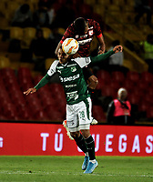 BOGOTÁ-COLOMBIA, 13-01-2020: Fainer Torijano de Independiente Santa Fe y Andrés Arroyo de Deportivo Cali disputan el balón, durante partido entre Independiente Santa Fe y Deportivo Cali, por el Torneo ESPN 2020, jugado en el estadio Nemesio Camacho El Campin de la ciudad de Bogotá. / Fainer Torijano of Independiente Santa Fe and Andrés Arroyo of Deportivo Cali struggle for the ball, during a match between Independiente Santa Fe and Deportivo Cali, for the ESPN Tournament 2020, played at the Nemesio Camacho El Campin stadium in the city of Bogota. Photo: VizzorImage / Luis Ramírez / Staff.
