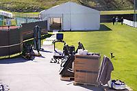Fitnessgeräte sind am Trainingsplatz angekommen und werden ins Zelt gebracht - Seefeld 26.05.2021: Trainingslager der Deutschen Nationalmannschaft zur EM-Vorbereitung