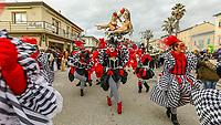 """Europe, Italy, Tuscany, Viareggio,    the chariot: """"Ozio,vizio e vitalizio"""" of Fratelli Bonetti in parade"""