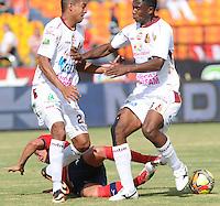 MEDELLÍN -COLOMBIA-28-07-2013. Un jugador de Independiente Medellín (en el piso) disputa el balón con Davinson Monsalve (I) y Jair Arrechea (D) de Deportes Tolima durante partido de la fecha 1 en la Liga Postobón II 2013 realizado en el estadio Atanasio Girardot de la ciudad de Medellín./ Independiente Medellin player fights for the ball with Deportes Tolima players Davinson Monsalve (L) and Jair Arrechea (R) during 1th date of Postobon  League II 2013 at Atanasio Girardot stadium in Medellin city. Photo: VizzorImage/Luis Ríos/STR